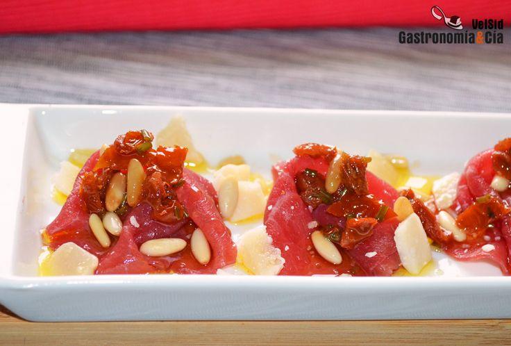 Carpaccio de buey con vinagreta de tomate seco y piñones | Gastronomía & Cía