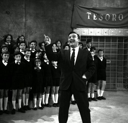 "Crooner Fred Buscaglione, guest star at ""Il Musichiere"", performing with a children's choir (1959)."