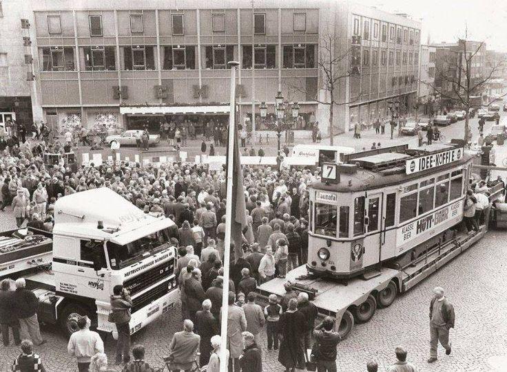 Mensenmassa en de Kassel 224 op de Grote Markt in Nijmegen tijdens de presentatie op 29.11.1987, gezien vanaf het Waaggebouw