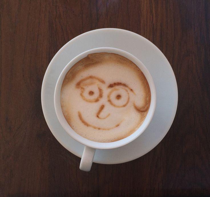 """Az+utóbbi+években+egyre+erősödő,+a+felelős+fogyasztás+fontosságát+hangsúlyozó+trend+mára+a+kávézókba+is+becsöpögött:+Budapesten+sorra+bukkannak+fel+az+olyan+kávézók+-+az+instagramon+pedig+az+ott+fotózott+tejhabokra+rajzolt+""""latterart""""-ok+-,+ahol+képzett+baristák+kezei+közül+különleges…"""