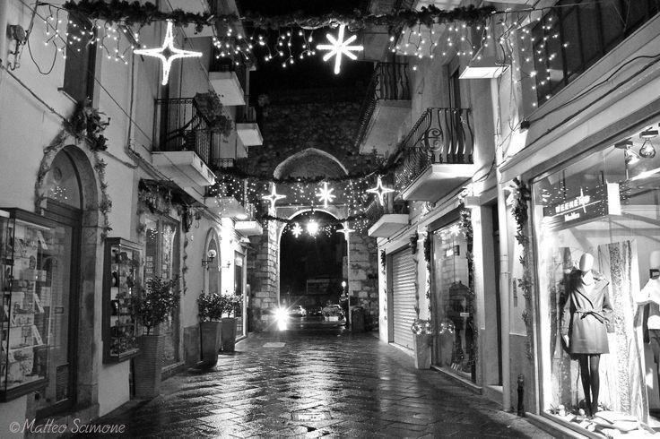 Atmosfera natalizia a Taormina nei pressi di Porta Catania
