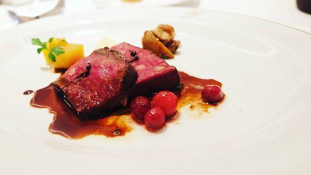 職場の後輩と食事。 沢山食べて、沢山話して楽しかった♡  #dinner#meat#meatdish #tateruyoshinobis #tateruyoshino #parkhotel #tokyo#shiodome #instafood#instatokyo #食事#鹿肉#肉#肉料理#タテルヨシノ#汐留#東京