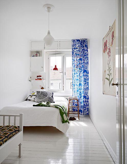北欧スタイルのベッドルーム。青いカーテンがとっても爽やかで印象的。
