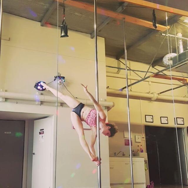 """117 """"Μου αρέσει!"""", 8 σχόλια - Karry Summers (@karrysummers) στο Instagram: """"Not sure about this one, haha.  #altitudepole #poledancersofinstagram #polenz #poledance…"""""""