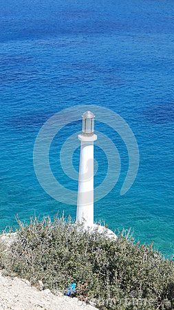Biała latarnia morska w Grecja wybrzeżu