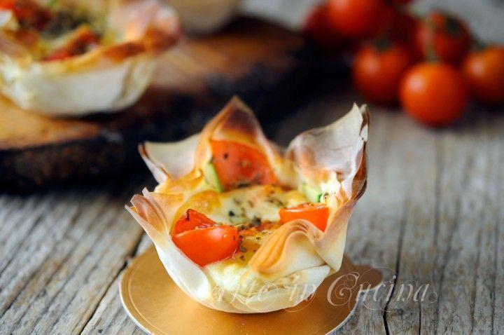 Cestini di pasta fillo ripieni, provola, pomodori, zucchine