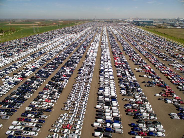 Veel auto's staan hier klaar voor transport, in haven van Vlissingen