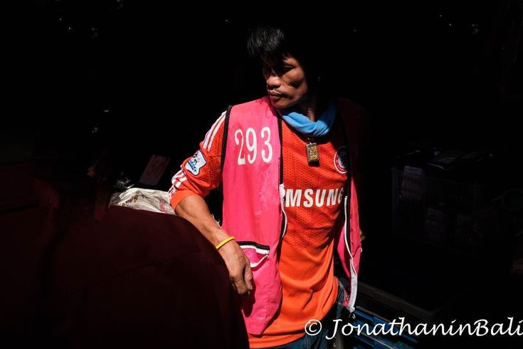 Portrait Klong Toei Bangkok Thailand  For the ebook The Bangkok Story an Historical Guide to the Most Exciting City in the World - go to http://ift.tt/2kq9do7  #aroundtheworld #worldtraveler #jonathaninbali #www.murnis.com #travelphotography #traveler #lonelyplanet #travel #travelingram #travels #travelling #traveling #instatravel #travelphoto#exploringtheglobe #theglobewanderer #mytinyatlas #planetdiscovery #bestplacestogo #traveldeeper #travelphotographer #portraitphotography #portraits…