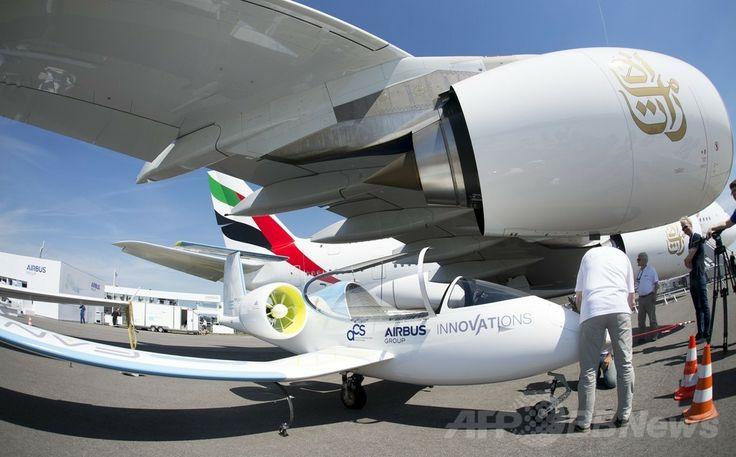 ドイツ・ベルリン(Berlin)で開催のベルリン国際航空宇宙ショー(ILA)で展示された航空宇宙大手エアバス(Airbus)の電気航空機試作機「E-Fan」(2014年5月20日撮影)。(c)AFP/JOHANNES EISELE ▼22May2014AFP 電気飛行機や無人機が登場、ベルリン国際航空宇宙ショー http://www.afpbb.com/articles/-/3015614 #ILA_Berlin_Air_Show #Internationale_Luft_und_Raumfahrtausstellung_Berlin #Exhibicion_Aeroespacial_Internacional #Salon_aeronautique_international_de_Berlin #E_Fan