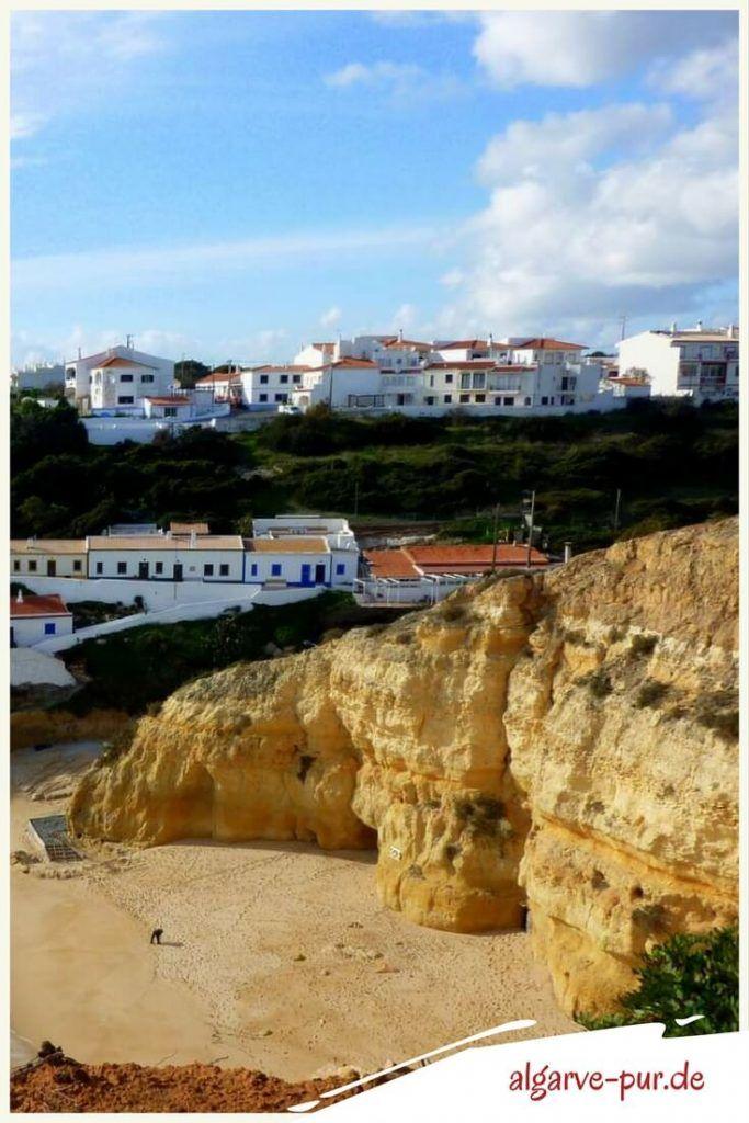 Urlaub in der Algarve, Portugal: Am Praia de Benagil ist im Sommer viel los. Was daran liegen mag, dass sich der gleichnamige Ort oberhalb auf einer kurzen Landzunge befindet. Auch wenn dir der viele Trubel am Strand nicht gefallen sollte, anschauen solltest du dir Strand und Ort schon.