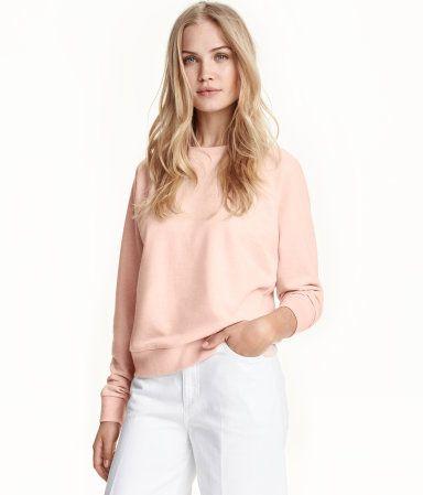 Powder pink. Long-sleeved sweatshirt with ribbed cuffs and hem.
