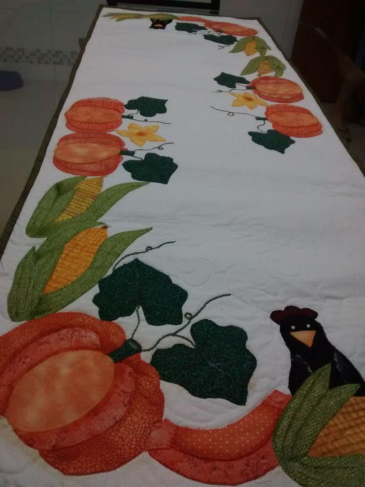 Caminho de mesa em patchwork com aplicação de abóboras, milho e pássaros. Confeccionado em tecido 100% algodão, estruturado com manta R2 e quiltado.