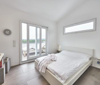 Schlafzimmer weiß mit Loggia - WeberHaus.jpg