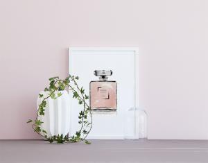 Plakat med Chanel-parfyme, fint til rosa.