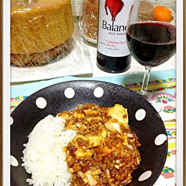 この日はバレンタインデー前でバレンタイン用のお菓子作りに大忙し  なので、簡単に出来る麻婆豆腐を作りました  ちょっと多めに豆板醤入れたら辛くなっちゃった  でも、ご飯と合って上手い〜✨ - 9件のもぐもぐ - 2/13の夕ご飯は麻婆豆腐丼と赤ワイン by ikumiki