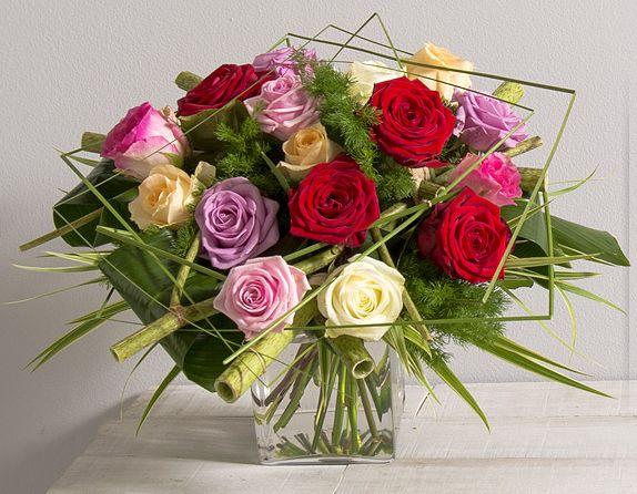 bouquet rond de roses gros boutons aux teintes rose rouge et blanche avec travail de feuillage. Black Bedroom Furniture Sets. Home Design Ideas