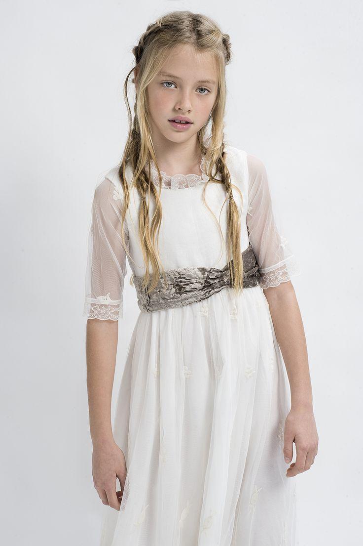 Vestido de comunión de tul bordado con un fajín de terciopelo.