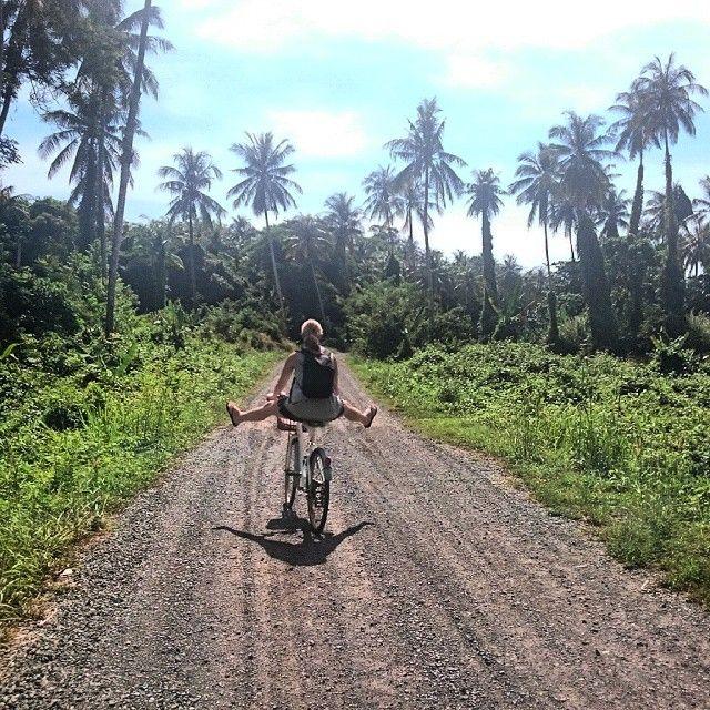 Girl biking on gravel road in KOH MAAK - Thailand - Her er sykkelen din beste venn! #kilroynorway #explorelife #asia