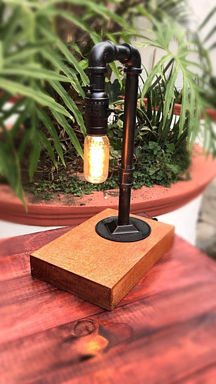 Lámpara de mesa industrial, hecha con tubería de metal...
