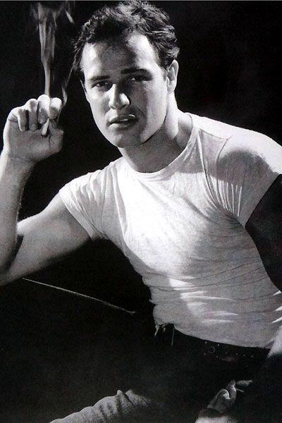 Marlon Brando. et son Tshirt blanc moulant / le départ d' un mythe et l' apogée de sa beauté