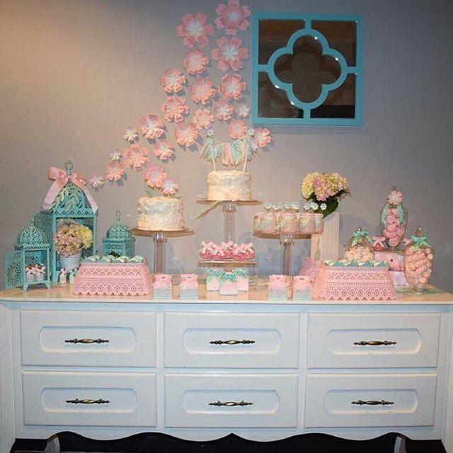 Que bela decoração  Por @craftsfactory - Gracias @galeriacafe por la atención... les cuento que el #Bautizo fue en el salon VIP de @galeriacafe es perfecto para un #Bautzo #Comunion o #Cumpleaños Los dulces de @creaciones_maride #inspiresuafesta #Party #Bautizo #Festa #PartyIdeas #Batizado #PinkParty #BabyGirlParty #IdeasParaBautizo #FloresDePapel #MesaDeDulces #DecoracionBautizo #Ideia #EncontrandoIdeia - #regrann