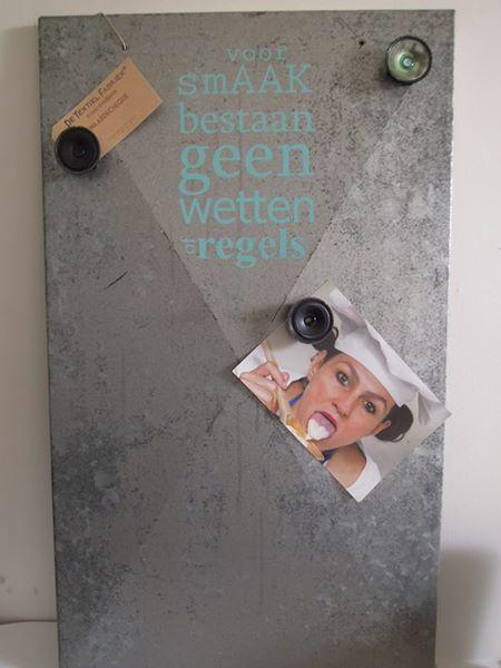 Oud machinepaneel is nu een magneetbord met gezeefdrukte tekst. De magneten zijn oude versterkers uit telefoons ;)