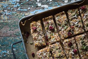Quinoa fruit and nut bars | recipe from heneedsfood.com