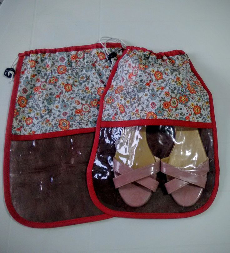 Saco para Sapato em TNT com Cordão e Visor Transparente. <br>Consulte-nos sobre as estampas e cores disponíveis.