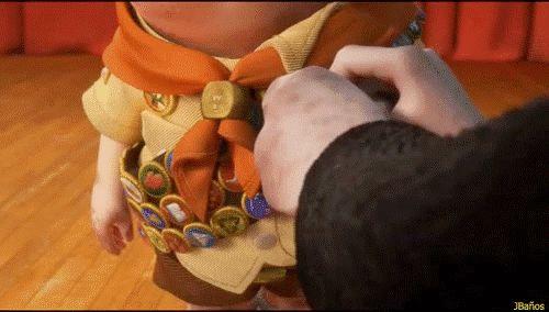 Carl entregando la insignia de Ellie a Russell*Russell, por ayudar a los ancianos y actuado todavía más allá de lo que dicta el deber, el honor mas alto que tengo para ofrecerte este día te lo vengo a entregar. ...La Insignia de Ellie.
