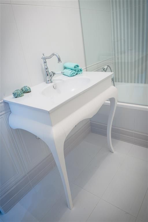 Κλασικό έπιπλο μπάνιου από λευκή λάκα.