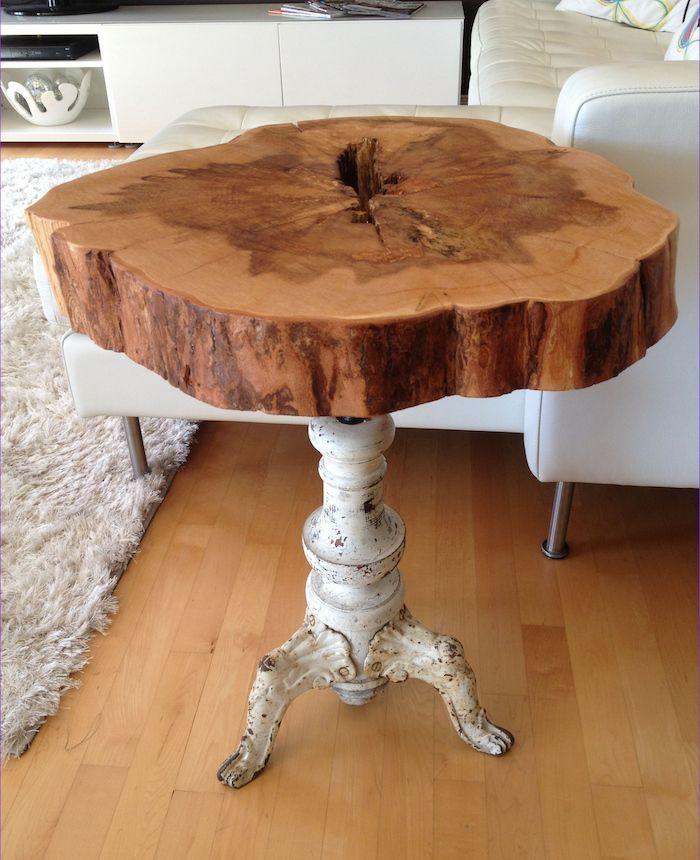photo de table basse en rondin de bois naturel rustique avec pied en métal vintage blanc