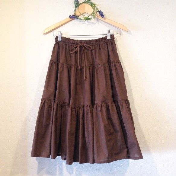 ふんわりとした3段ティアードスカートのロングバージョンを作りました。ギャザーたっぷりの女性らしいシルエット。透け感のある綿ローンの生地は、軽く、とてもやわらか...|ハンドメイド、手作り、手仕事品の通販・販売・購入ならCreema。