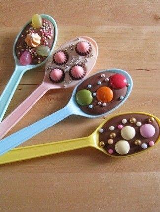 Oe lala, plastic lepels, chocolade smelten, M&M's erin, sprinkels erop en smullen maar (lekkers) Babyshower