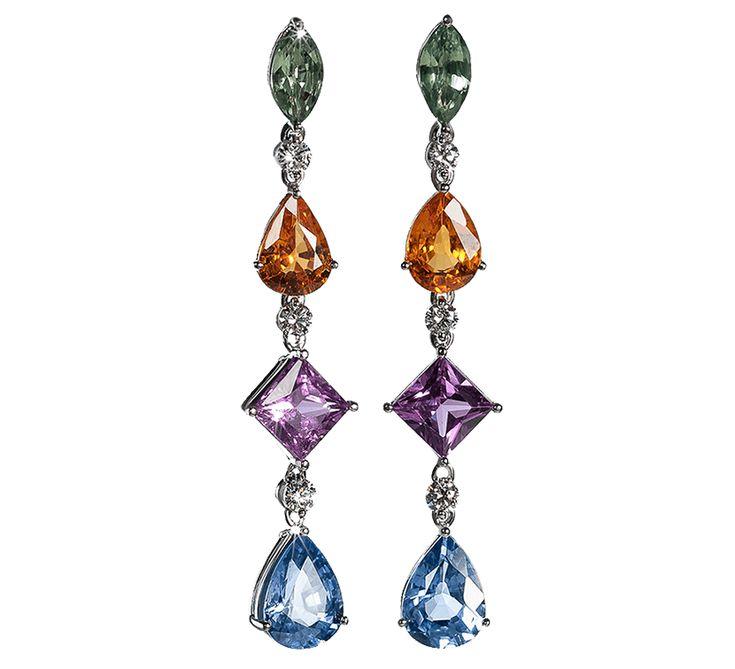 Золотые серьги с бриллиантами дополнят Ваш неповторимый образ яркими красками. Разноцветные драгоценные камни гармонично сочетаются между собой. Вы можете подобрать несколько разных нарядов, и с каждым образом золотое украшение заиграет по-своему. Предлагаем Вашему вниманию другие украшения ювелирного бренда Nico Juliany.