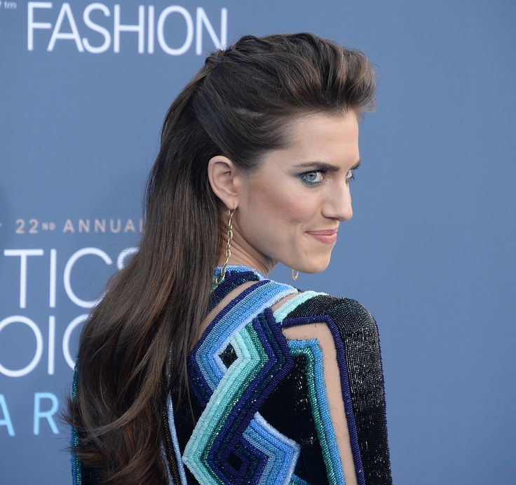 Idée Coiffure :    Description   La demi attache bombée d'Allison Williams    - #Coiffure https://madame.tn/beaute/coiffure/idee-coiffure-la-demi-attache-bombee-dallison-williams/