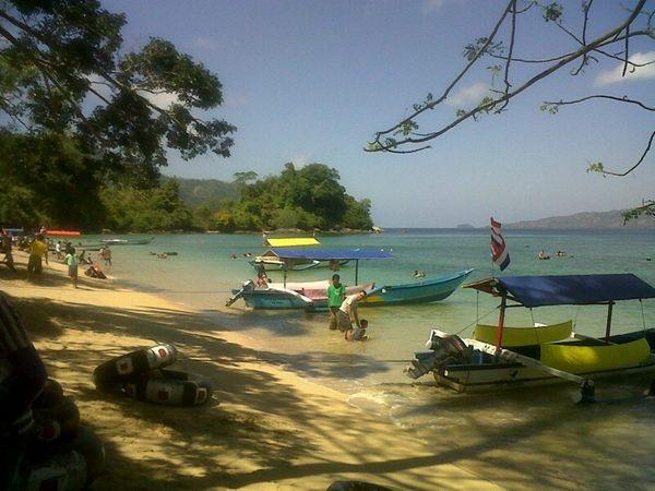 Pantai Karanggongso, Trenggalek Jatim. Pantai pasir putih yang di kelilingi oleh gunung..:D | Dari @Dinkdoank13