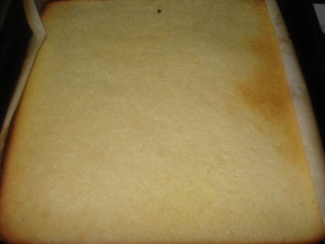 El pinono, fina lámina de bizcochuelo que se puede emplear para la elaboración de tortas o arrollados, entre otros platos, y que admite innumerable variedad de rellenos, dulces, salados o agridulces.  Una receta práctica.