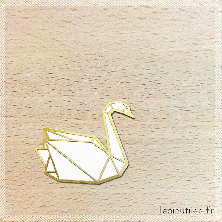 Les jolies broches Hug A Porcupine sont sur Les inutiles ! Broche cygne origami émaillée blanc - Photo ©Lesinutiles