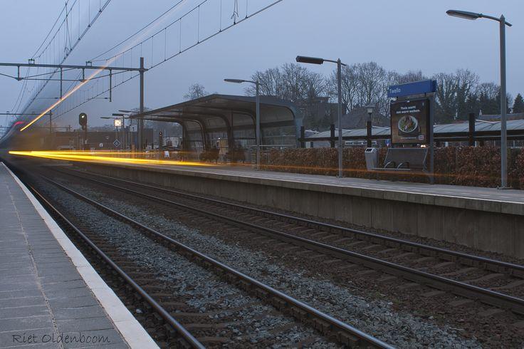voorbijrazende trein in station Twello