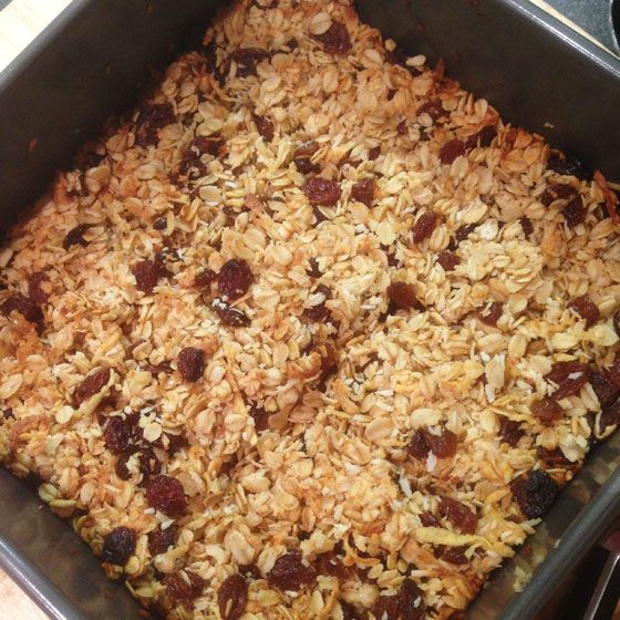 These flapjacks are free from refined sugar and are really healthy. They  make great picnic or lunchbox fillers, or a healthy dessert for small  people. The dad to the two little Rs likes these even more than they do,  meaning that theyalways disappear in a flash in our house.  I've tried maki