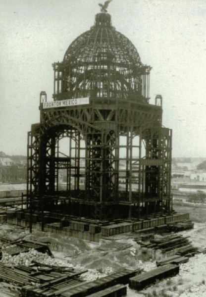 Construccion del Monumento a la Revolucion. Es obra de Carlos Obregón Santacilia, quien tomó la estructura del Salón de los Pasos Perdidos del malogrado Palacio Legislativo de Émile Bénard para edificar el monumento. Su construcción abarcó de 1933 a 1938.