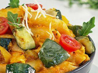 Macarrones con verduras al parmesano
