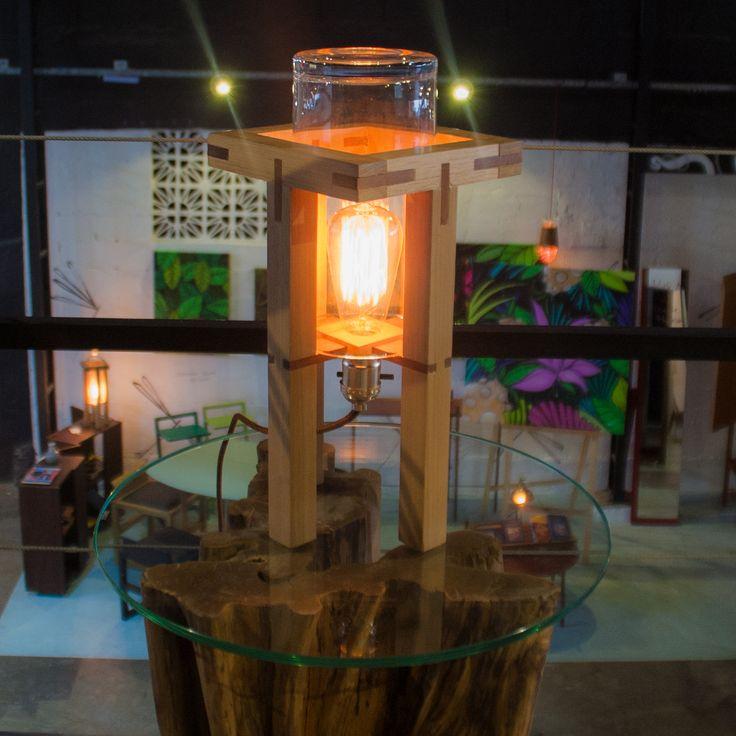Desenvolvida em parceria entre o Atelier Crudo, de Vicente Lo Schiavo, e Acierno, Lab é realizada em madeira maciça - Tauari para a estrutura e Paraju para as ligações em encaixe. As cúpulas de vidro e lâmpadas com soquetes vintage lembram um equipamento de laboratório; e o cabo revestido em tecido acrescenta um toque de charme adicional.  Como todas as peças do Atelier Crudo, é realizada à mão pelo próprio autor.