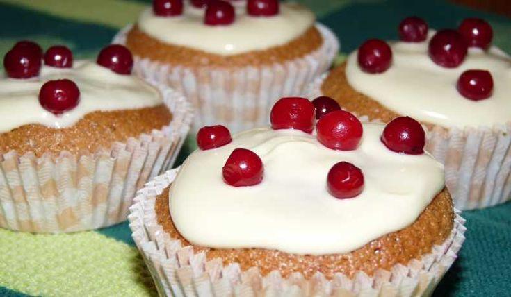 Mjuk pepparkaka i muffinsformar, med snygg topping av vit choklad och lingon.