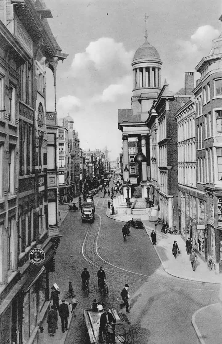Vanaf de Kipstraat gezien met zicht op de Kaasmarkt met rechts de oude stadhuis en link de gedempte botersloot (jaren 30)