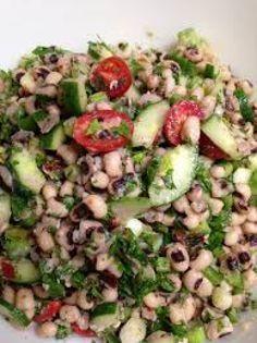 Ωραία ζεστή σαλάτα με μαυρομάτικα φασόλια με τα οποία αν αρχίσεις δύσκολα σταματάς. Με μπόλικο ξίδι και φρέσκο ελαιόλαδο και φέτα μπορούν να γίνουν ένα χορταστικό διαιτητικό γεύμα!