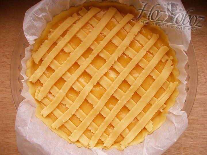 Полоски из теста выкладываем на пирог имитируя сетку