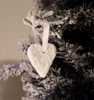 Sydän - paperimassa | HilleRin Jouluinen paperimassa sydän satiininauhalla koristamaan joulukuusta.
