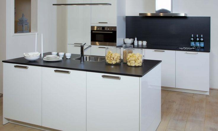 Rotpunkt Flash  Deze scherpgeprijsde keuken wordt de echte eye-catcher in uw huis. Hoogglans wit gelakt met spoeleiland zorgen voor de ideale ingredienten.   Deze keuken is het bewijs dat een prachtige keuken niet duur hoeft te zijn