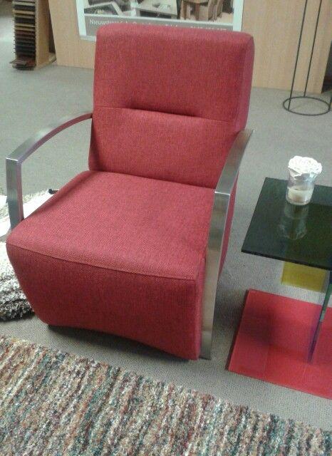 Gezellig stoeltje met rvs-arm - glazen tafeltje van Helderr - warm gekleurd vloerkleed! Mooi wonen is genieten!